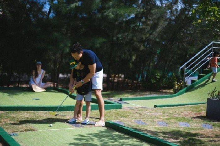 Ho Ngoc Ha hanh phuc nhin Kim Ly day Subeo danh golf hinh anh 1