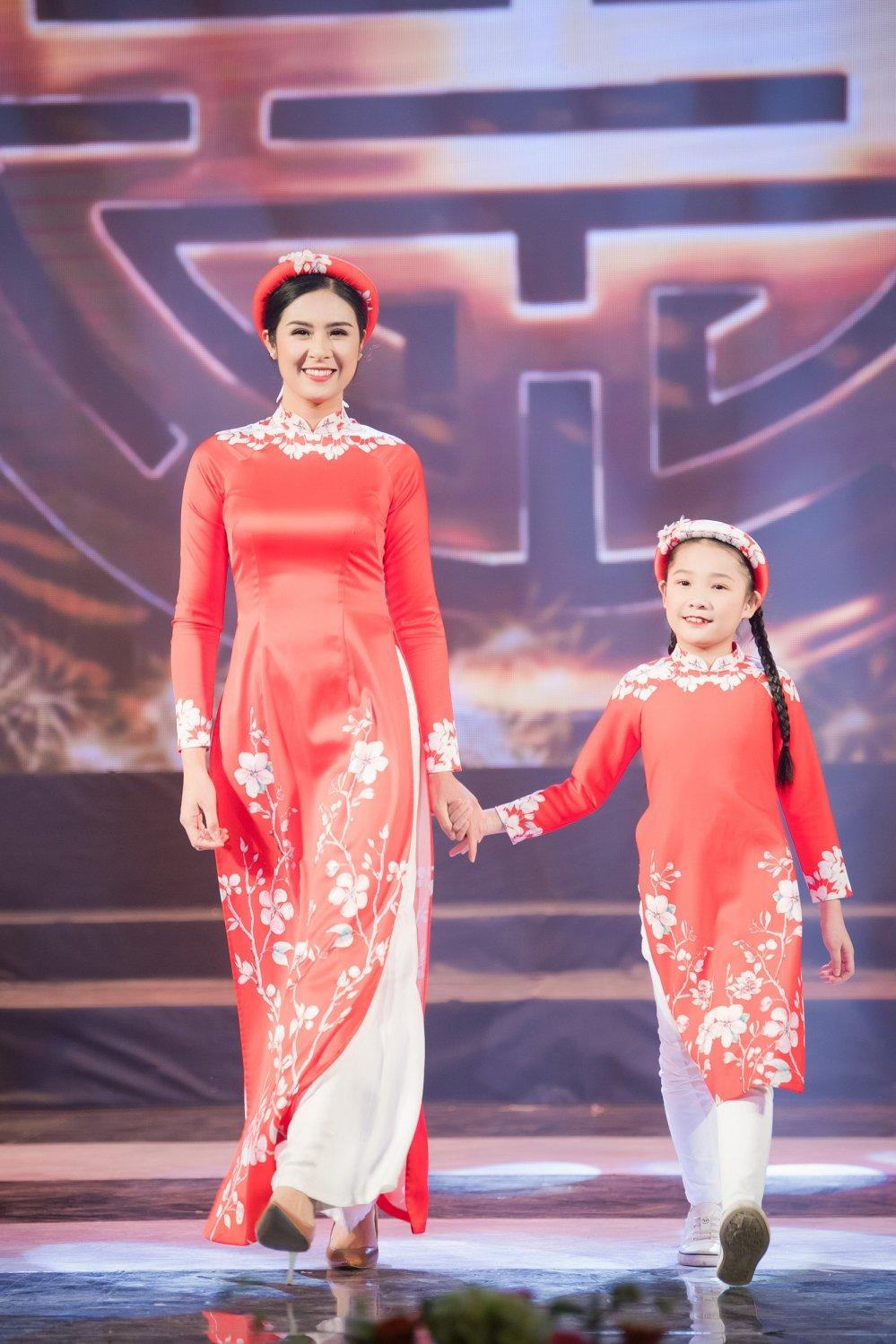 MC Phan Anh cung vo con trinh dien ao dai do Hoa hau Ngoc Han thiet ke hinh anh 1