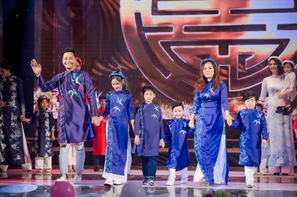 MC Phan Anh cung vo con trinh dien ao dai do Hoa hau Ngoc Han thiet ke hinh anh 5