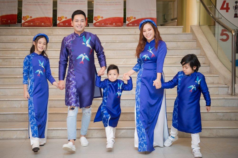 MC Phan Anh cung vo con trinh dien ao dai do Hoa hau Ngoc Han thiet ke hinh anh 6