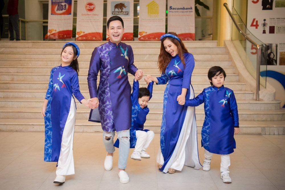 MC Phan Anh cung vo con trinh dien ao dai do Hoa hau Ngoc Han thiet ke hinh anh 7