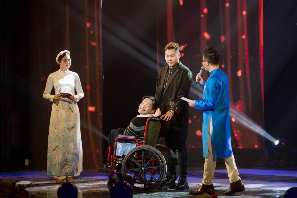 MC Phan Anh cung vo con trinh dien ao dai do Hoa hau Ngoc Han thiet ke hinh anh 8