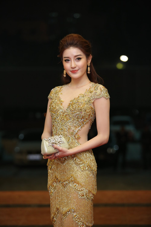 Hoa hau Nguyen Thi Huyen tinh tu khoac tay ca si Tan Minh tren tham do hinh anh 17
