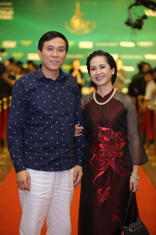 Hoa hau Nguyen Thi Huyen tinh tu khoac tay ca si Tan Minh tren tham do hinh anh 2