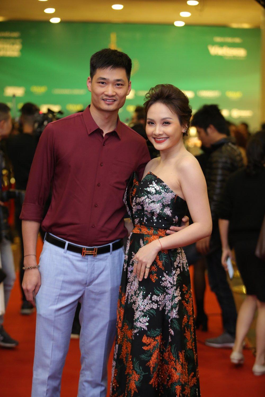 Hoa hau Nguyen Thi Huyen tinh tu khoac tay ca si Tan Minh tren tham do hinh anh 13