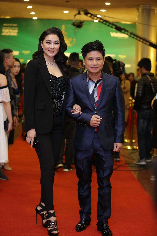 Hoa hau Nguyen Thi Huyen tinh tu khoac tay ca si Tan Minh tren tham do hinh anh 1