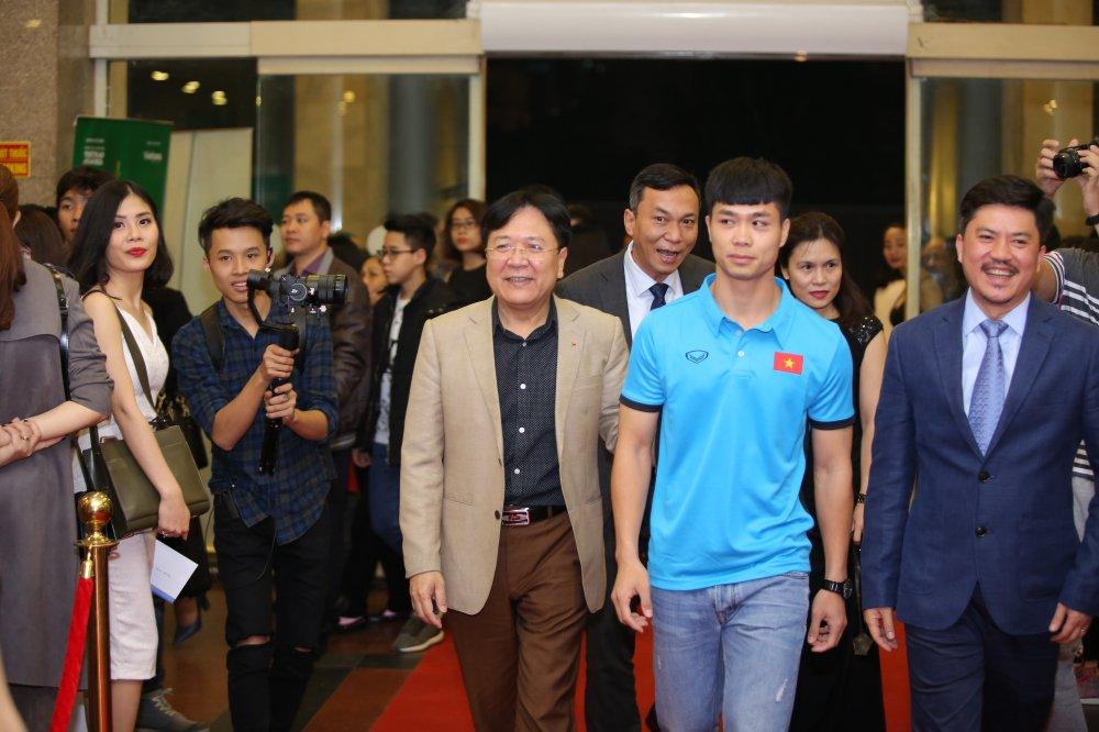 Hoa hau Nguyen Thi Huyen tinh tu khoac tay ca si Tan Minh tren tham do hinh anh 16