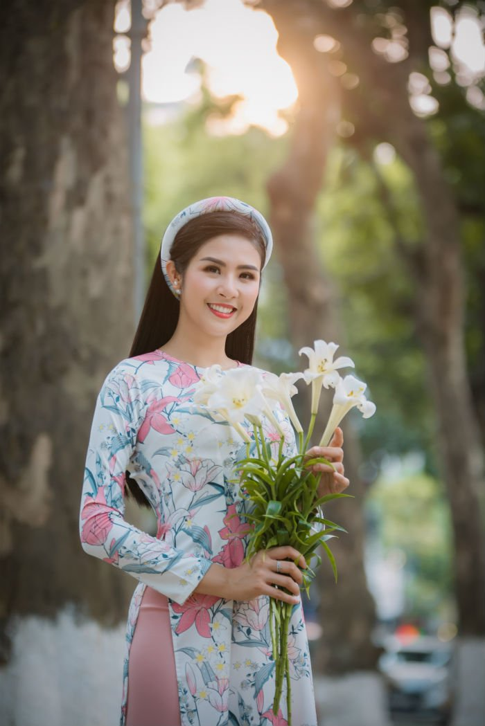 Hoa hau Do My Linh thanh 'nang tho' trong bo suu tap ao dai moi cua Ngoc Han hinh anh 7