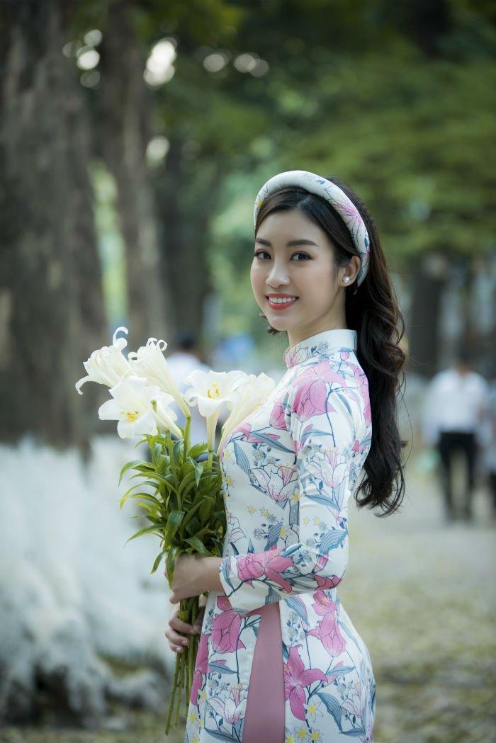 Hoa hau Do My Linh thanh 'nang tho' trong bo suu tap ao dai moi cua Ngoc Han hinh anh 9