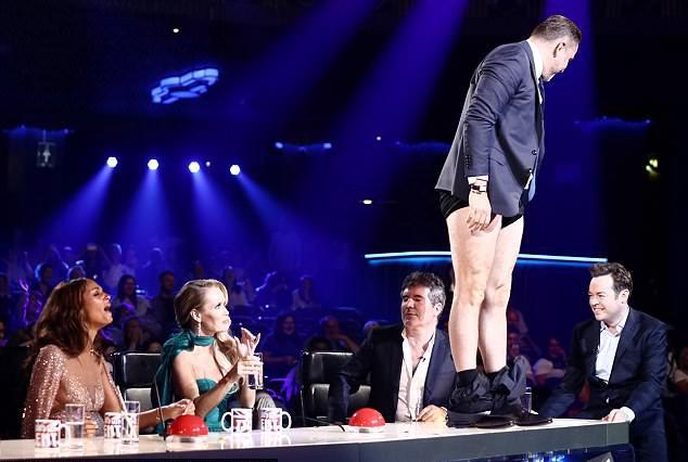 Giam khao Britain's Got Talent tut quan treu dong nghiep tren song truc tiep hinh anh 1