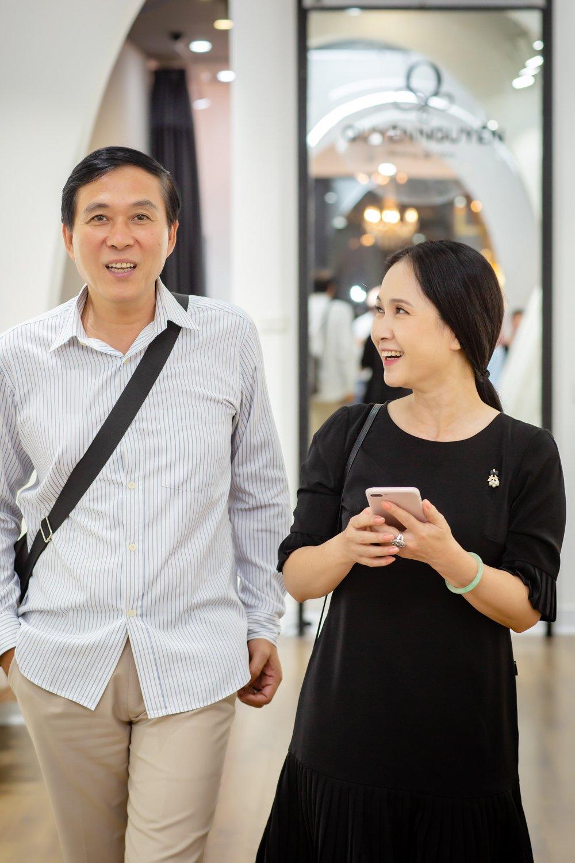 Vo chong NSND Lan Huong - Do Ky cho nhau bang xe cub di may do hinh anh 4
