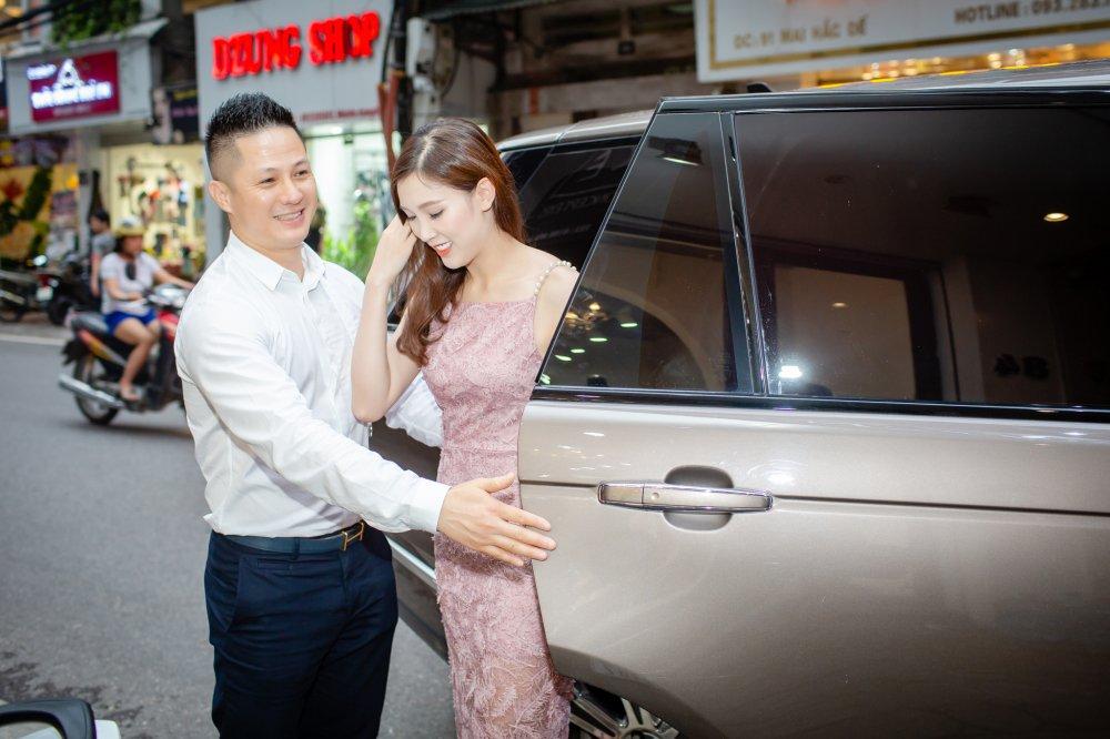 Chong dai gia lai xe sang dua Hoa hau Thuy Linh di thu do hinh anh 2