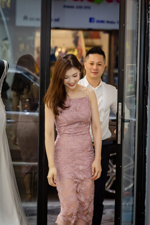 Chong dai gia lai xe sang dua Hoa hau Thuy Linh di thu do hinh anh 3