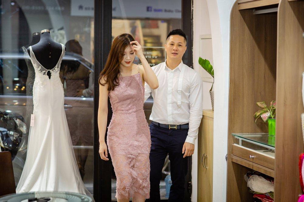 Chong dai gia lai xe sang dua Hoa hau Thuy Linh di thu do hinh anh 4