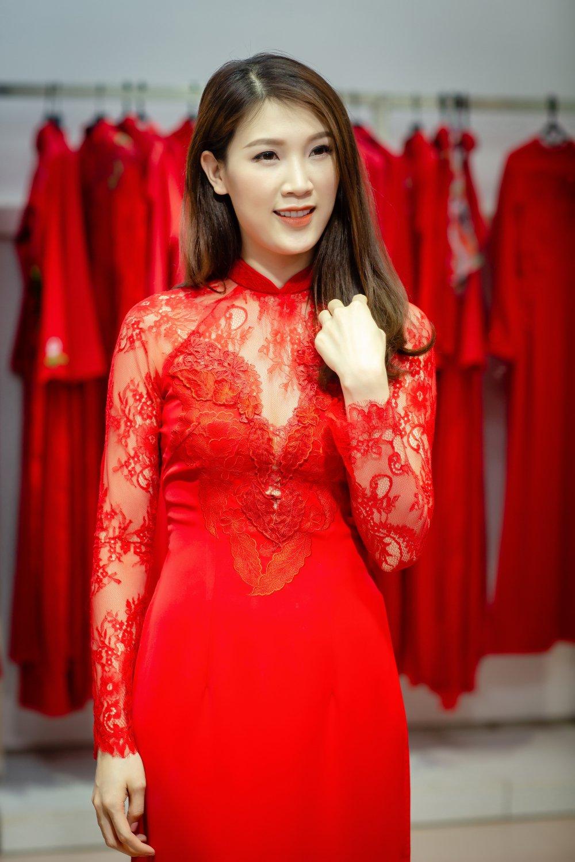 Chong dai gia lai xe sang dua Hoa hau Thuy Linh di thu do hinh anh 7