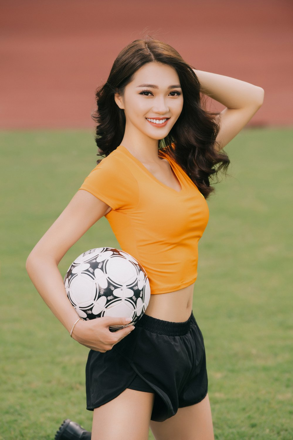 Top 10 Hoa hau Hoan vu Viet Nam dien ao dai co vu doi tuyen Anh hinh anh 5