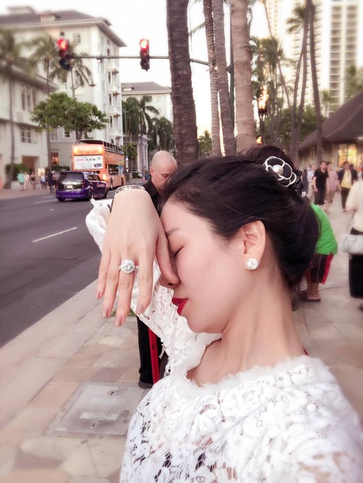 Le Quyen khoe kim cuong, Ha Ho 'da xeo'? hinh anh 1