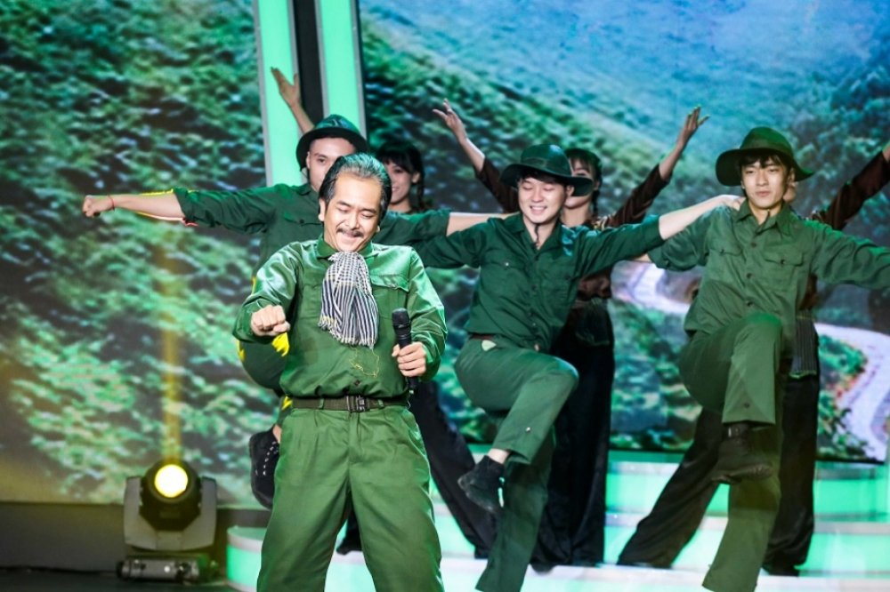 Hung Thuan 'Dat phuong Nam': Sao nhi noi tieng mot thoi khong ngai livestream ban my pham hinh anh 4