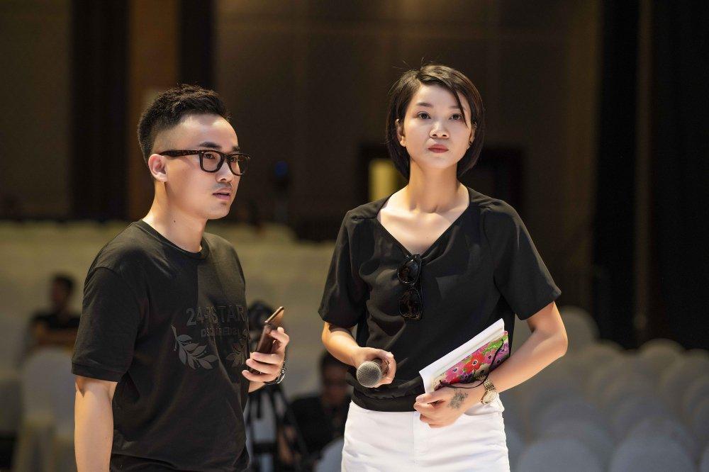 Hoa hau Pham Huong, Thanh Tu, Hong Que gian di trong buoi tong duyet cho show dien thoi trang hinh anh 1