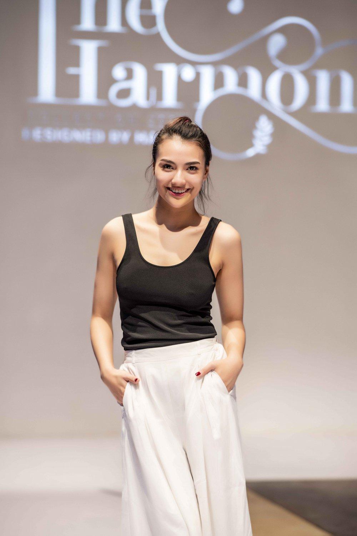 Hoa hau Pham Huong, Thanh Tu, Hong Que gian di trong buoi tong duyet cho show dien thoi trang hinh anh 5