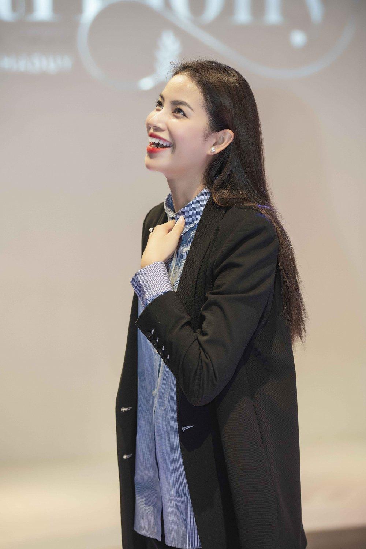 Hoa hau Pham Huong, Thanh Tu, Hong Que gian di trong buoi tong duyet cho show dien thoi trang hinh anh 3