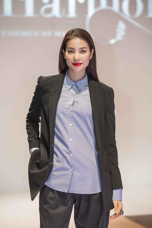 Hoa hau Pham Huong, Thanh Tu, Hong Que gian di trong buoi tong duyet cho show dien thoi trang hinh anh 4