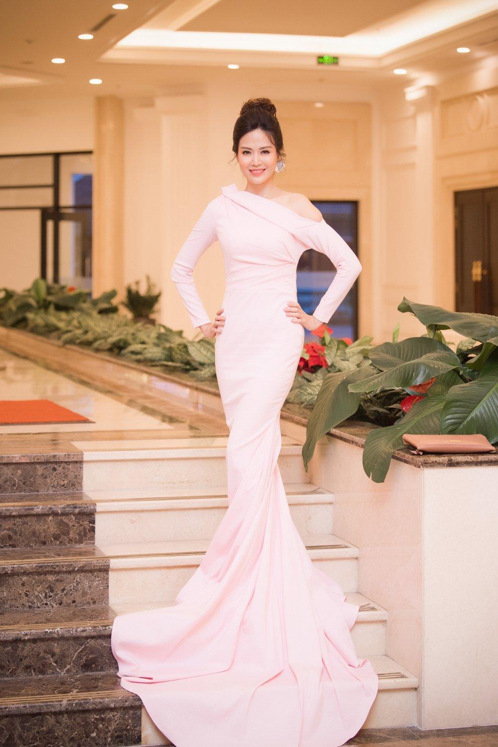 Huong Giang bat ngo khong dien o vi tri vedette cung Pham Huong hinh anh 5