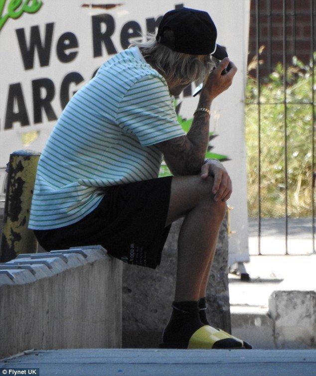 Justin Bieber bong om mat cang thang tren pho va xoa clip ve vo sap cuoi tren mang hinh anh 1