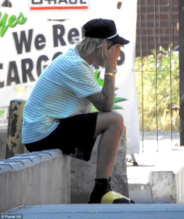 Justin Bieber bong om mat cang thang tren pho va xoa clip ve vo sap cuoi tren mang hinh anh 2