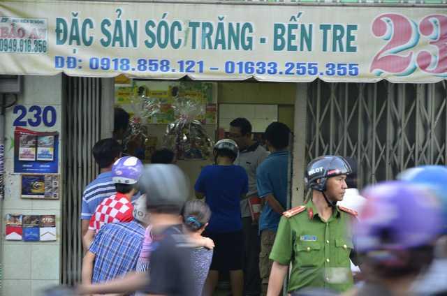 Chu cua hang ban dac san Soc Trang bi ban: Lo dien 2 sat thu, 4 phat sung hinh anh 1