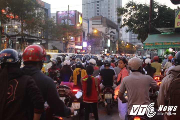 Duong pho Sai Gon ket cung, xe may 'dai nao' tram cho xe buyt ngay Valentine hinh anh 11