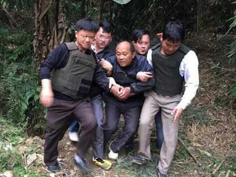 Van chuyen 39 banh heroin, dung sung K59 na dan vao canh sat hinh anh 1