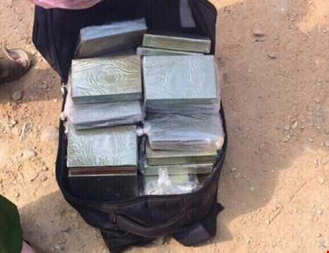Van chuyen 39 banh heroin, dung sung K59 na dan vao canh sat hinh anh 3