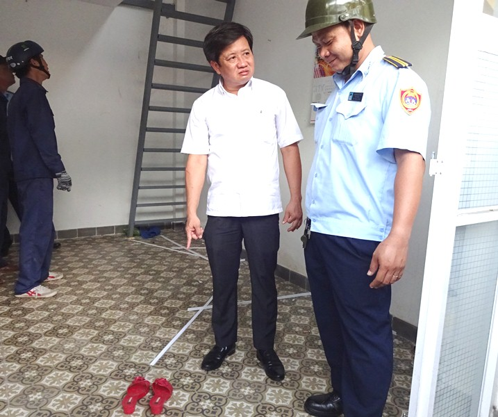 Ong Doan Ngoc Hai: 'Sao giua tru so khu pho lai co doi dep cua gai tre the nay?' hinh anh 1