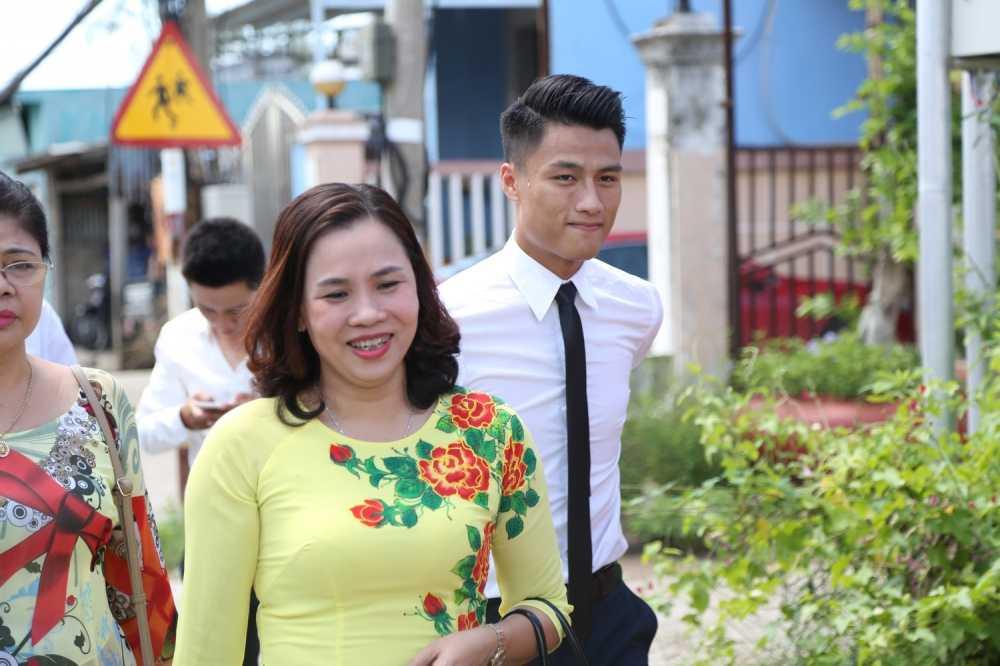 Mac Hong Quan banh bao, cuoi rang ro hanh phuc den nha Ky Han hinh anh 7