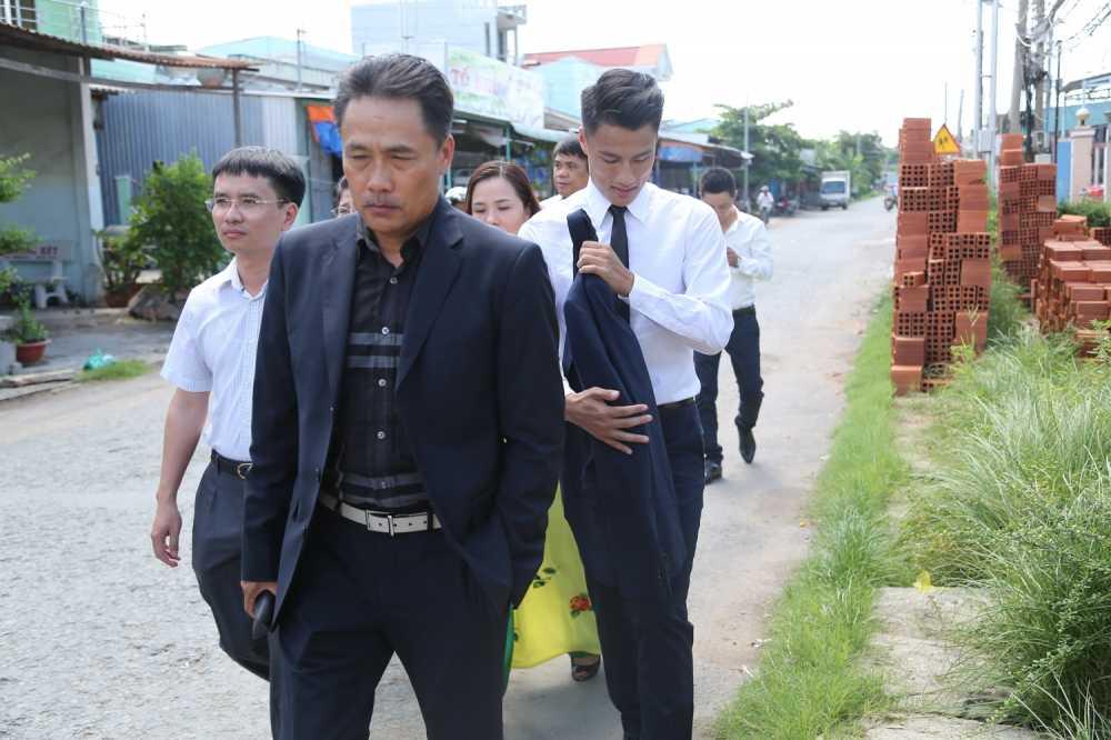 Mac Hong Quan banh bao, cuoi rang ro hanh phuc den nha Ky Han hinh anh 6