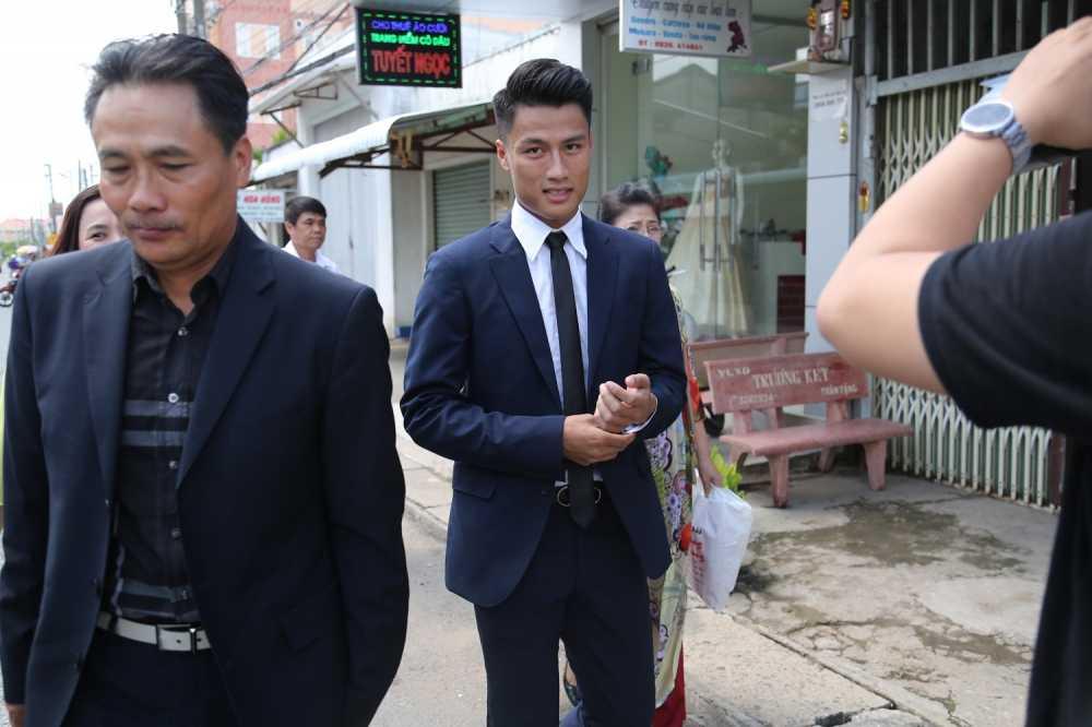 Mac Hong Quan banh bao, cuoi rang ro hanh phuc den nha Ky Han hinh anh 5