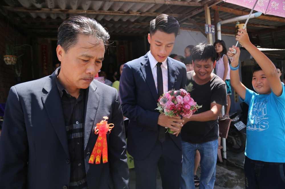 Mac Hong Quan banh bao, cuoi rang ro hanh phuc den nha Ky Han hinh anh 4