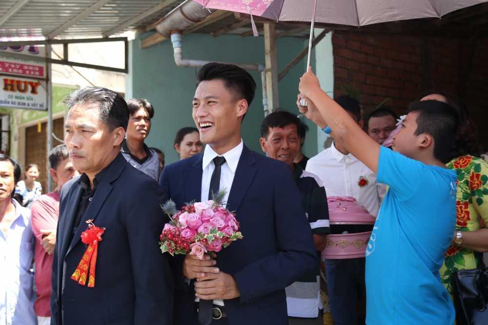 Mac Hong Quan banh bao, cuoi rang ro hanh phuc den nha Ky Han hinh anh 3