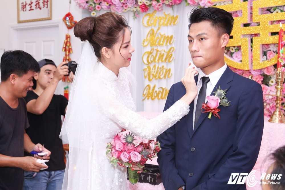 Ky Han ben len khi duoc Mac Hong Quan om hon tham thiet hinh anh 6