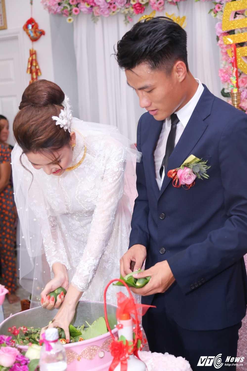 Ky Han ben len khi duoc Mac Hong Quan om hon tham thiet hinh anh 2