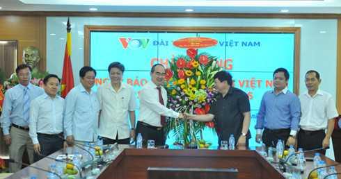 Ong Nguyen Thien Nhan tham va chuc mung Dai Tieng noi Viet Nam hinh anh 1