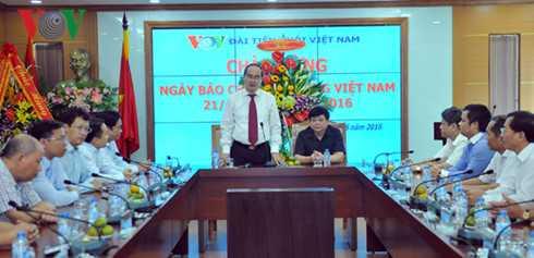 Ong Nguyen Thien Nhan tham va chuc mung Dai Tieng noi Viet Nam hinh anh 2