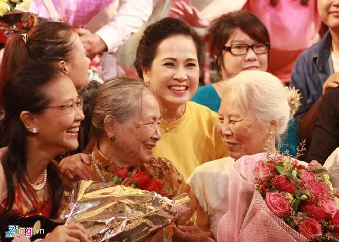 NSND Lan Huong truoc gio chia tay san khau: Toi khong co gi de hoi tiec hinh anh 1
