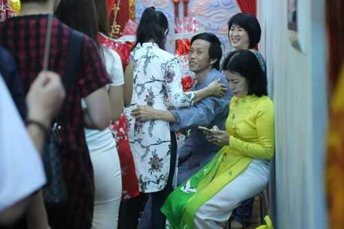 Hoai Linh gay nhom tu tay lau don nha tho To gay xuc dong hinh anh 10