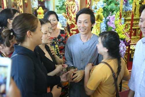 Hoai Linh gay nhom tu tay lau don nha tho To gay xuc dong hinh anh 7