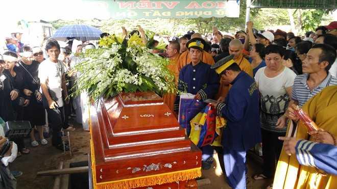 Nguoi dan chen lan, xo day de 'xem' dam tang NSND Thanh Tong tai nghia trang Go Den hinh anh 17