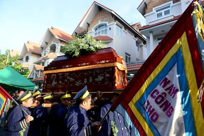 Nguoi dan chen lan, xo day de 'xem' dam tang NSND Thanh Tong tai nghia trang Go Den hinh anh 14
