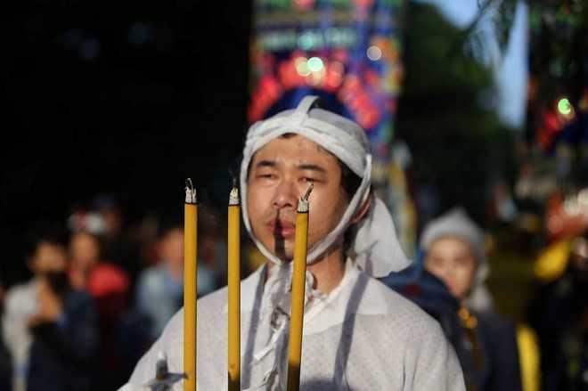 Nguoi dan chen lan, xo day de 'xem' dam tang NSND Thanh Tong tai nghia trang Go Den hinh anh 10