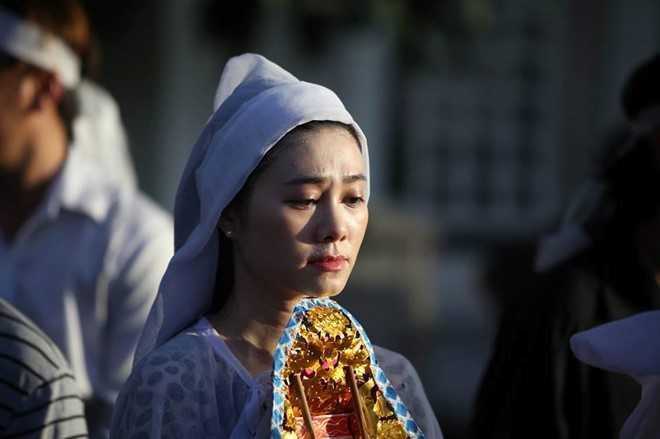 Nguoi dan chen lan, xo day de 'xem' dam tang NSND Thanh Tong tai nghia trang Go Den hinh anh 13
